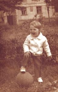 Cred că împlinisem 4 ani şi eram foarte mândru să bat mingea între blocuri