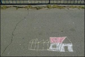 Desen pe asfalt. Casă cu gard. Foto: Sorin Stanciu