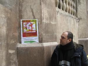 """Vedere din Hunedoara. Profilul meu fotografiat în curtea Castelului, lângă afișul de lansare a cărții """"Îmi pun singur miere în ceai"""". Foto:  Octavian Hera"""
