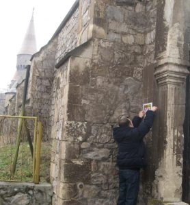 Vedere din Hunedoara. La colțul Castelului (anunțând o lansare de carte, 2010)