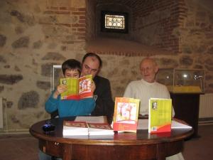 Îmi pun singur miere în ceai. Împreună cu Eugen Evu și fiul meu, Radu. Foto: Remus Suciu