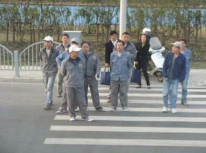 Trecere de pietoni în Shanghai, cu oameni ai muncii întorși de pe la birouri. Foto: Calin Hera