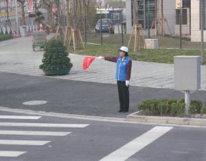 Trecere de pietoni în Shanghai, cu o doamnă voluntar pe post de semafor. Foto: Calin Hera