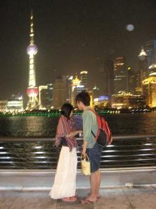 Cuplu având în background Centrul financiar din Shanghai. Foto: Calin Hera