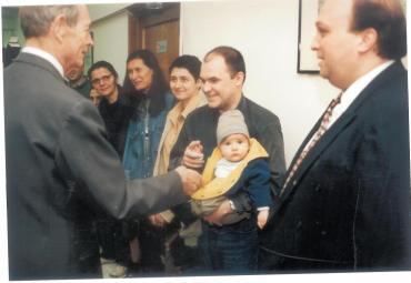 Întâlnire cu Regele Mihai, în redacţia EVZ din Piaţa Presei, în anul 2002. În prim-planul fotografiei, fiul meu, Radu. Nu mai ştiu cine a făcut fotografia. FOTO: Arhiva personală Călin Hera