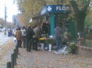Coadă la o florărie din Bucuresit, aflată lângă statia de metrou Pipera, în după-amiaza zilei de 8 noiembrie 2010, ziua Sfintilor Mihail si Gavril. FOTO (cu telefonul): Călin Hera