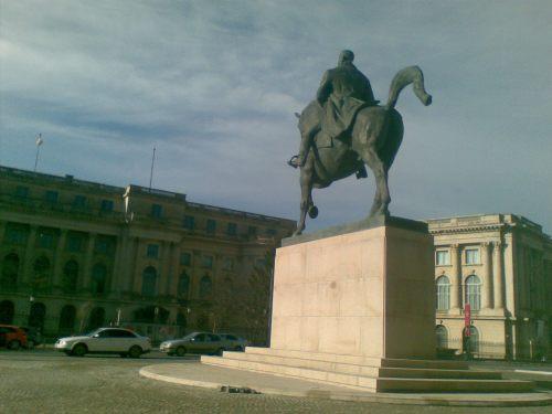 Statuia lui Carol I, amplasată recent pe un soclu ridicat între Biblioteca Centrală Universitară si Palatul Regal, în Bucuresti, foarte aproape de vechiul amplasament, fotografiată cu telefonul, azi, 7 decembrie 2010. FOTO: Călin Hera