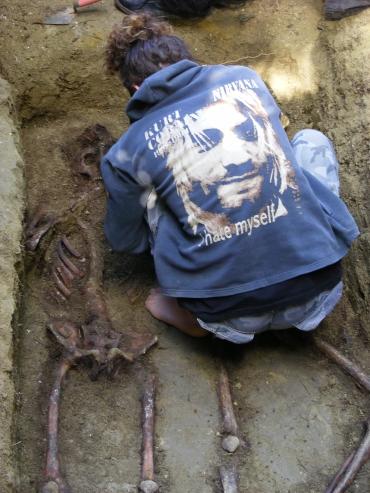 Fotografie făcută cu ocazia unei exhumări realizate de echipa lui Mariu Oprea, căutătorul de rămăsite (si povesti) ale partizanilor anticomunisti. FOTO: Mihai Soica