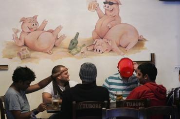 Imagine din interiorul barului Porky's deschis la mijlocul săptămânii trecute la Timisoara. FOTO: Adi Pîclisan/Evz