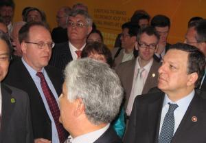 Schimb de priviri. Undeva (dreapta), Jose Manuel Barroso, presedintele Comisiei Europene, fotografiat în data de 1 mai 2010 la Shanghai, în pavilionul UE din cadrul Expozitiei Mondiale. FOTO: Călin Hera