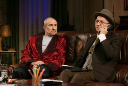 """Scenă definitorie din """"Dineu cu prosti"""" (Francis Veber), spectacol regizat de Ion Caramitru la Teatrul National. Fotografie luată de pe site-ul TNB."""