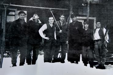 Maria Magdalena Hamza (dreapta) într-o fotografie făcută în anul 1940. În centru apare, în cămasă, tânărul grof Ocskay, un apropioat al cabanierei. Undeva, în cadru (încă nu l-am identificat) e Nicolae Timar, care avea atunci 15 ani si acum 85. FOTO: Arhiva NICOLAE TIMAR