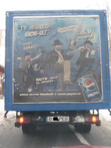 Reclamă la Pepsi de pe dosul unei masini, făcută înainte de Campionatul Mondial din Africa de Sud, în care Adrian Mutu era vedeta nr. 1 a României, iar Bogdan Lobont si Ciprian Marica erau si ei. FOTO: Călin Hera