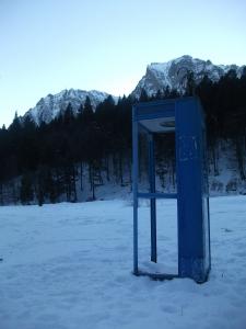 Cabină telefonică în Bucegi. FOTO: CĂLIN HERA