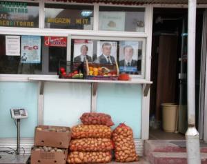 Afişe electorale în vitrina unui aprozar, căci cele mai roz fructe sunt cartofii electorali Foto: Calin Hera