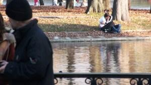 Îndrăgostiţi pe malul lacului IOR (Bucureşti, 2012). Foto: Călin Hera)