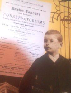 George Enescu, la tinereţe. Fotografie după un afiş de la Muzeul Enescu. Foto: Călin Hera (cu telefonul)