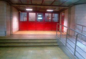 Rampă pentru cărucioare la metrou Piaţa Victoriei. Foto: Călin Hera