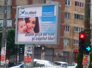 """Panou pulicitar al centrului medical BluMed, care are o problemă cu prepoziţia """"de"""". FOTO (cu telefonul): Călin Hera"""
