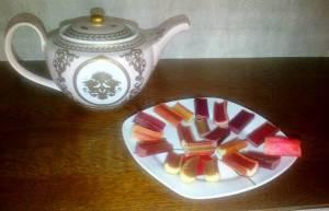 Farfurie cu bucăţi de rubarbă şi ceainic. FOTO (cu telefonul): Călin Hera