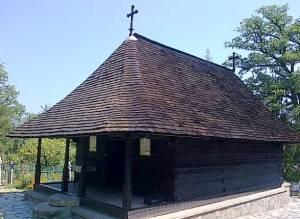 Mănăstirea dintr-un lemn, judeţul Vâlcea. FOTO: Călin Hera