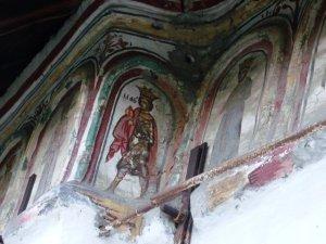 Picturi exterioare pe biserica din Olari, Horezu, judeţul Vâlcea.
