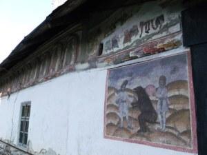 Biserica din satul Olari, Horezu, judeţul Vâlcea - vedere laterală (nord), cu dansul ursului. FOTO: Călin Hera