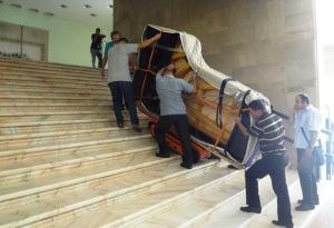 Uşor cu pianul Kawai pe scările Sălii Mari a Palatului. Foto: Ana Ispas