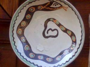 Şarpe desenat pe o farfurie din ceramică de Horezu. Foto: Călin Hera