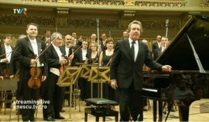 Pianistul Rudolf Buchbinder salută publicul în pauza recitalului susţinut la Sala Mare a Palatului împreună cu Orchestra Filarmonicii George Enescu, în ziua a 11-a a Festivalului Enescu