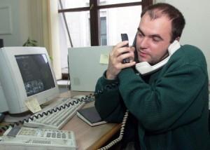 Aici eram într-un birou din Casa Presei (perioada timpurie Evz - Cornel Nistorescu). Oarecum foto-document pentru generaţiile care nu-şi imaginează  cum erau telefoanele celulare tip cărămidă de care să mai fi şi mândru :)