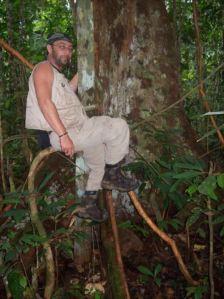 Alin Fumuerscu, filosoful şi scriitorul, în timpul unei călătorii. De data asta, prin jungla amazoniană.