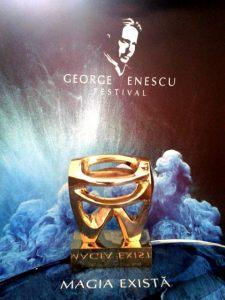 Fotografie-viral: stauteta care însoţeşte premiul de la PR Awards acordat OMA Vision pentru comunicarea  Festivalului George Enescu. Foto (cu telefonul): Ana-Maria Ispas