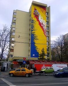 Vedere din Bucureşti. Pictură murală a unor elevi plonezi pe peretele unui bloc din cartierul Militari, staţia de metro Gorjului. Foto (cu telefonul): Călin HERA