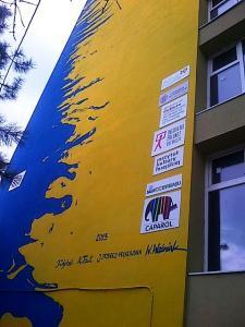 """Vedere din Bucureşti. """"Semnăturile"""" de pe pictura murală făcută de elevii polonezi pe peretele unui bloc din cartierul Militari, staţia de metrou Gorjului. Foto (cu telefonul): Călin Hera"""