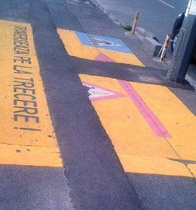 MFC. Fotografia care povesteşte câteva aspecte din viaţa greu încercată a unui trotuar din Bucureşti. Foto: Călin Hera