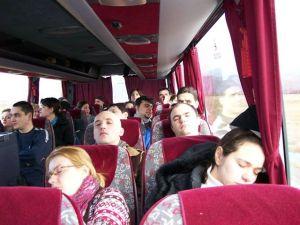 Imagine dintr-un autocar în care nişte oameni se întorc dintr-un temabuilding