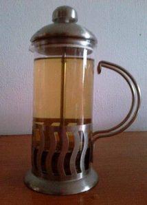 Ceai de plante (tei, soc, lămâiţă, sunătoare), numai bun  de băut. Foto cu telefonul: Călin Hera