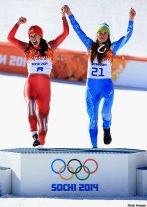 Olimpiada Soci 2014. Imagine de pe podiumul probei feminine de coborâre, cu două schioare care au avut fix acelaşi timp, la sutime de secundă (Dominique Gisin şi Tina Maze). Printrscreen după transmisia TVR