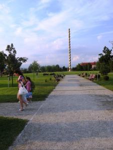 Coloana Infinitului, fotografiată vara. Foto: Călin Hera (mfc)