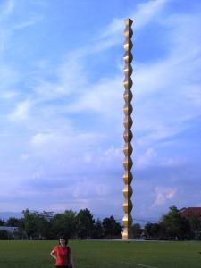 Coloana Infinitului fotografiată vara. Foto: Călin Hera