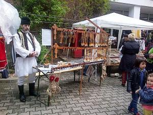 Muzeul Ţăranului Român, de Florii 2014. Linguri şi cruci din lemn & bărbat în costum popular. Foto cu telefonul: Călin Hera