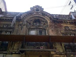 Vedere din Bucureşti. Clădire de pe Brezoianu. Foto cu telefonul: Călin Hera