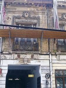 Vedere din Bucureşti. Fost hotel, fost cămin studenţesc de pe Brezoianu. Foto cu telefonul: Călin Hera