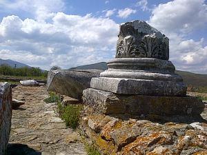 Ulpia Traiana Sarmizegetusa rămâne o demonstrație de inginerie și civilizație romană și un loc în care poți petrece trei ore plăcute și folositoare. Foto: Călin Hera
