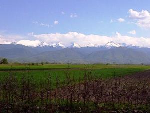 Munţii Retezat văzuţi din Ţara Haţegului. Foto cu telefonul: Călin Hera