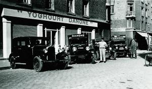 Fotografie veche, de la orginile companiei Danone, luată de pe site-ul românesc