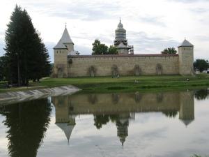 Mănăstirea Dragomirna, mare câştigătoare azi la Premiile Europa Nostra, fotografiată în urmă cu patru ani de pe celălalt mal al lacului. Foto: Călin Hera