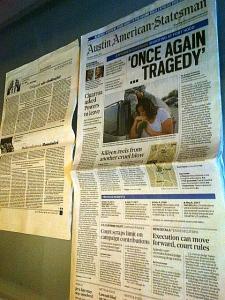 Un ziar vertical: Austin. Aici, pus lângă un format clasic din România: revista Dilema Veche. Foto cu telefonul: Călin Hera