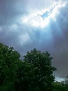 Raze de soare desenate la marginea norilor. Foto cu telefonul: Călin Hera